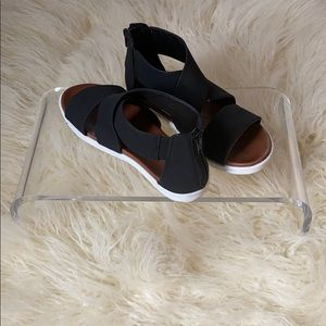 Mia black and white sandals sz 7 worn once zip up